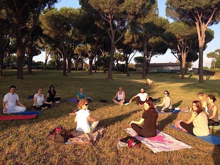 Immagine Yoga all'aperto a Villa Pamphili ingresso via della Nocetta, 30