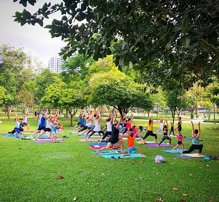 Cours de yoga pour la famille. Les bénéfices iront à une association :) image