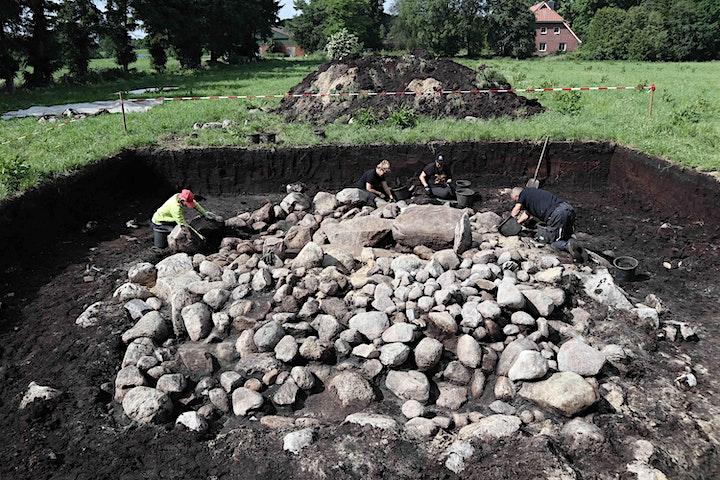 Besichtigung des Steinkistengrabes: Bild
