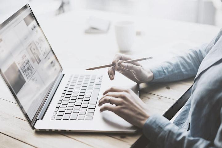 Die Betriebsprüfung des Finanzamtes: wenn der Prüfer mit dem Laptop kommt.: Bild