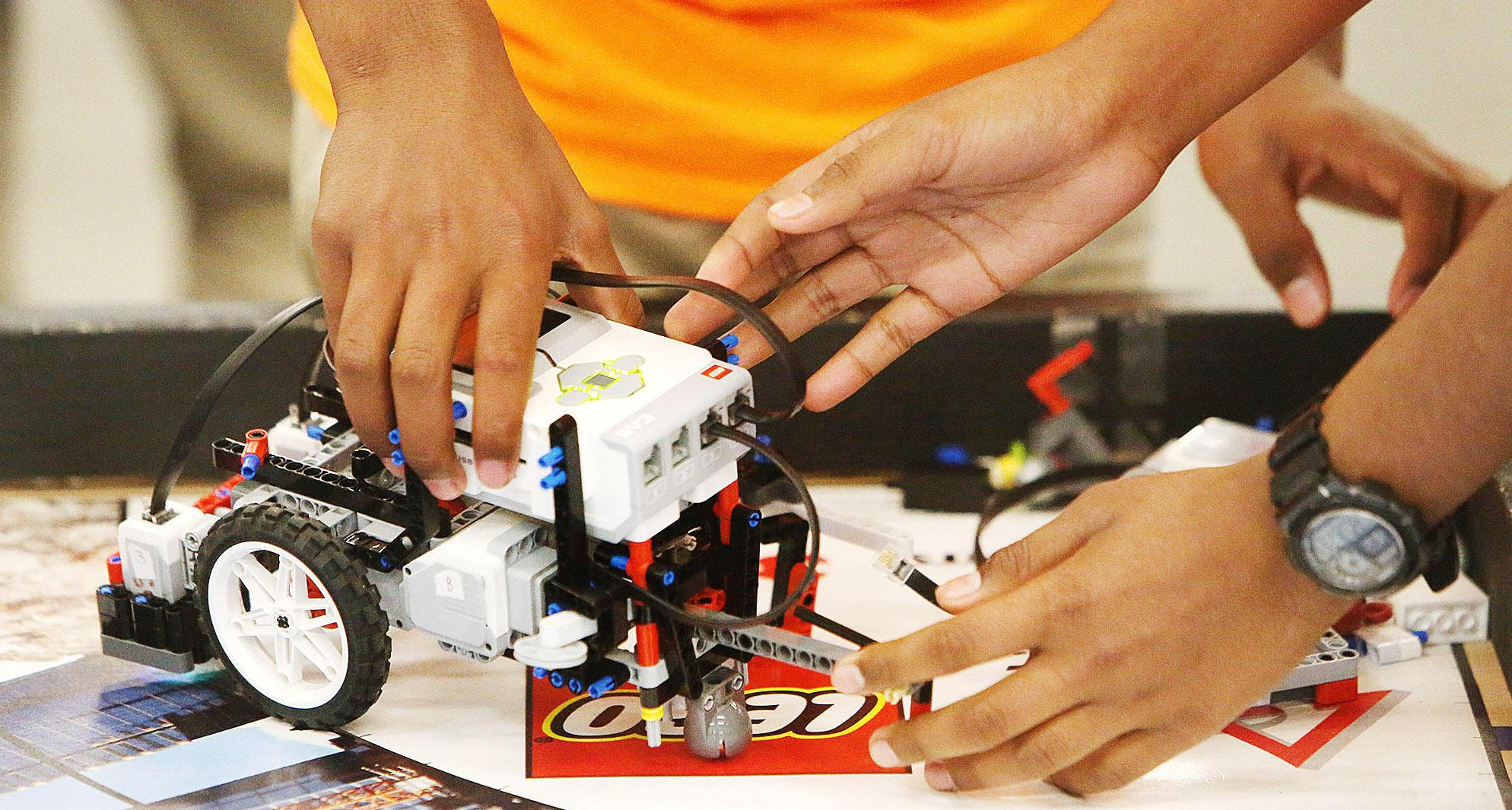 Learn to Build & Program Robots using LEGO Mi