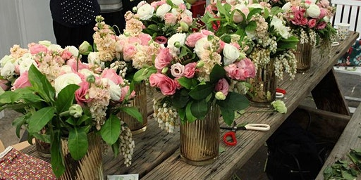 Flower workshop making a vase arrangement / hand-tied bouquet