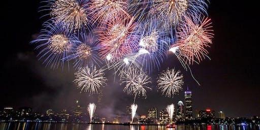 7月4日在波士顿举行的帆船运动募捐会爆竹烟花表演