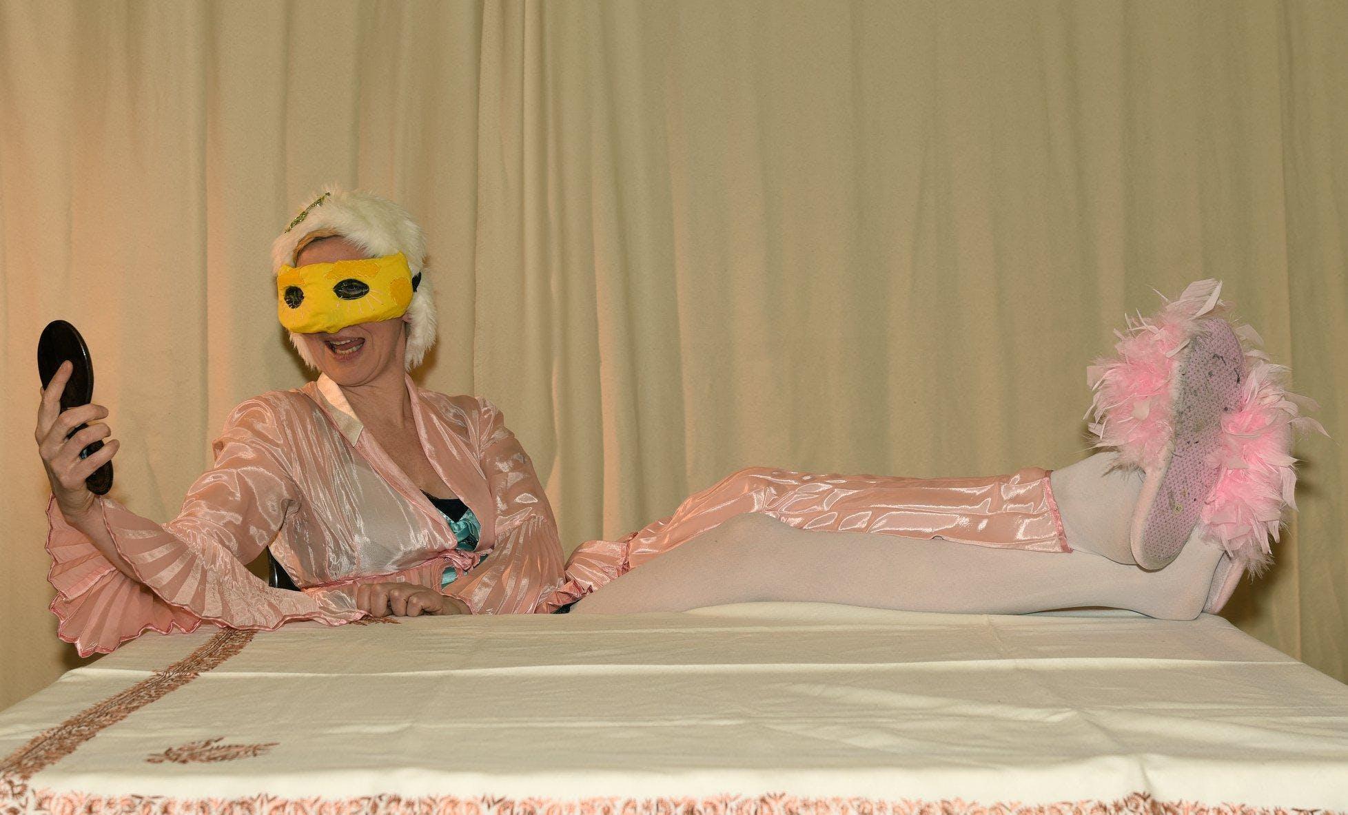 """Sylvia Barth im Theaterstück """"Die Nase"""" - fre"""