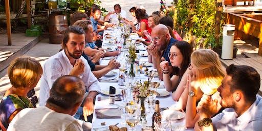 Am Tisch mit Freunden X Uhiesig