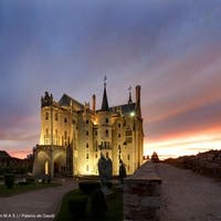 Palacio de Gaudí: Fast Track + Premium Guidebook