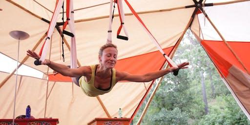 Cours de Yoga aérien sous les arbres