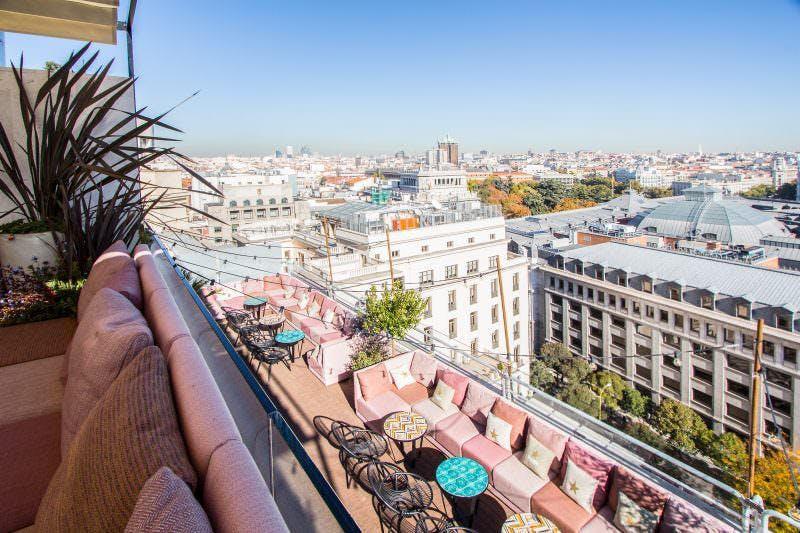 Tardeo en la terraza con vistas panorámicas del NH Casa Suecia
