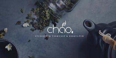 Chinesische Tee-Zeremonie mit Gebäck und Obst im Teehaus Chao Shè