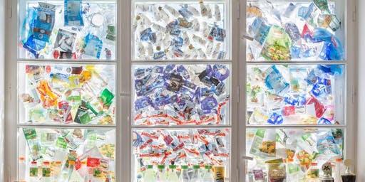 """Group Global 3000, 9.8., 19 Uhr: Finissage """"Fenster des Konsums"""" mit Vortrag """"Social Plastic"""" (Ausstellung ab 17 Uhr)"""