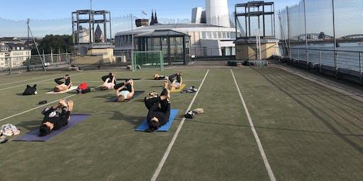 Yoga auf dem Dach des Sport- und Olympiamuseum