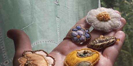 Atelier Broderie :  Broche fleur brodée tickets