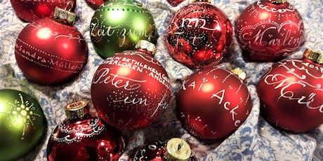Weihnachtskugeln kalligrafisch beschriftet | Aktion billets