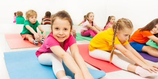 YogaKids Class at Learning Lab (Clase de YogaKids en Learning Lab)