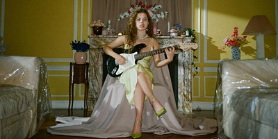 NILÜFER YANYA (UK - FAIRGROUNDS SIDESHOW)
