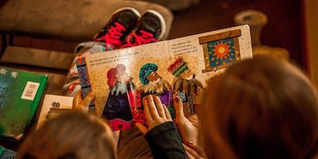 Gli adulti leggono ai bambini. Regalo un libro a Natale biglietti