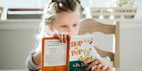 I bambini leggono. Regalo un libro a Natale. biglietti