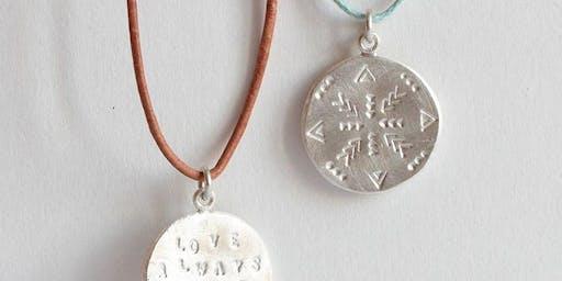 Atelier bijoux / Poinçonnage d'une médaille en argent avec Alice Magnin