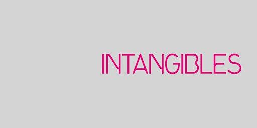 Visita familiar, exposición Intangibles- Adultos con niños.