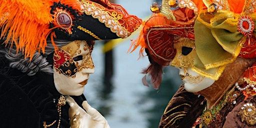 Fiesta de carnaval con máscaras en hotel de diseño con picoteo