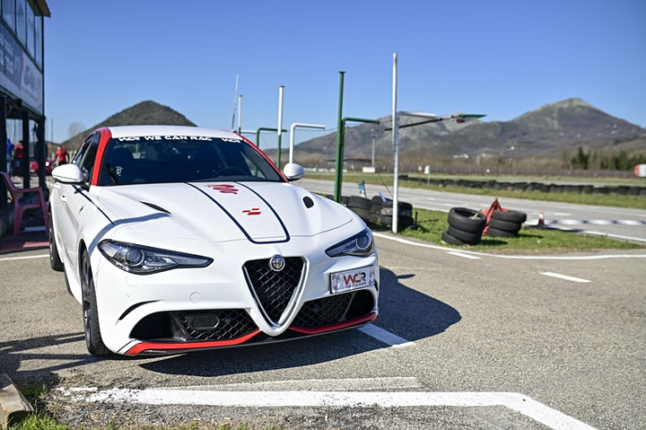 Immagine Guida una Ferrari o una Lamborghini al Circuito della Murgia a Bari